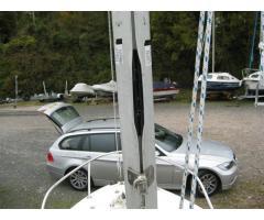 Closing mast gate for sail slugs